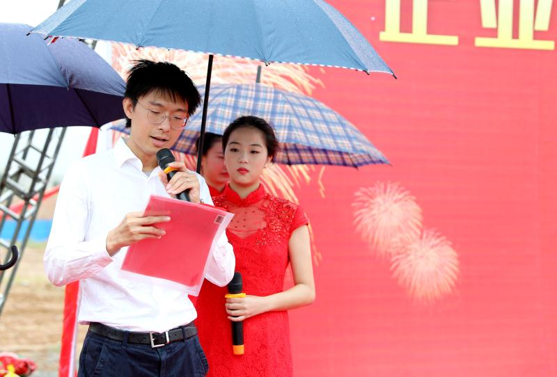 Market Center Director Xu Tong is presiding over the scene